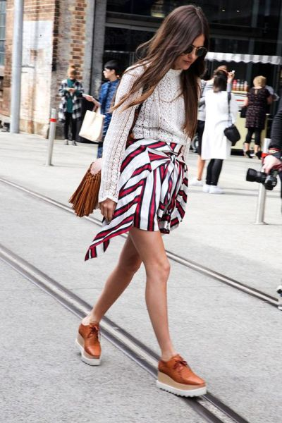 Рыжие ботинки на платформе с полосатой юбкой