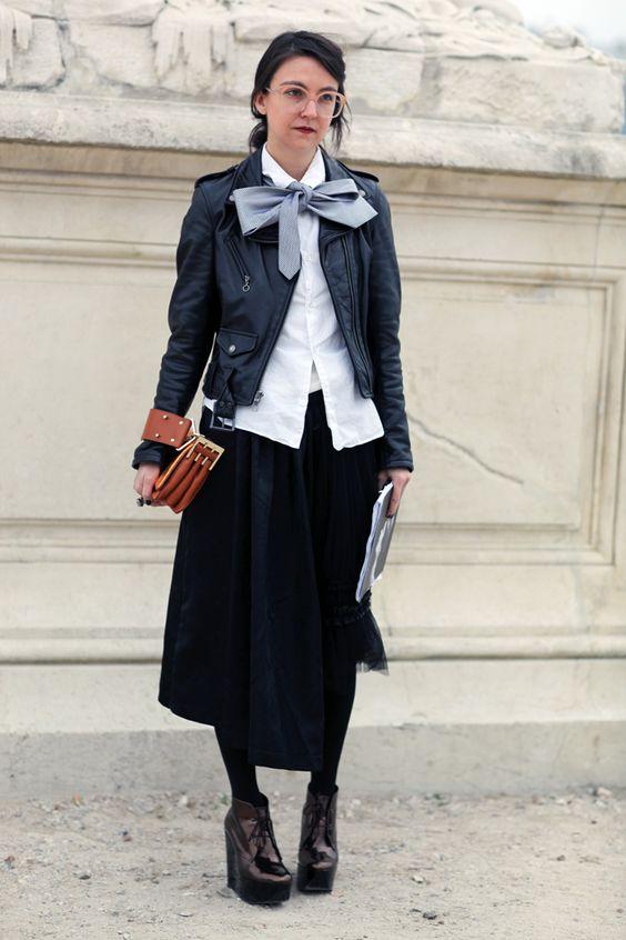 Ботинки на танкетке с черной юбкой-миди и короткой курткой