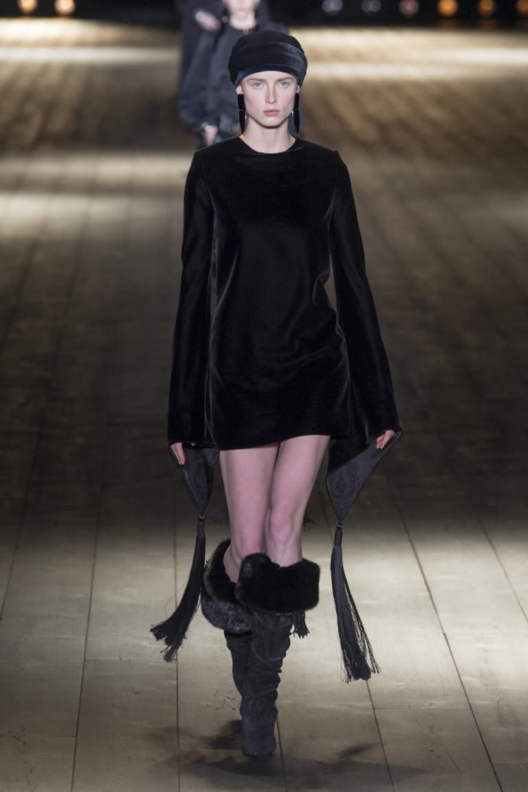 Черное платье из осенне-зимней коллекции 2018-2019 Saint Laurent