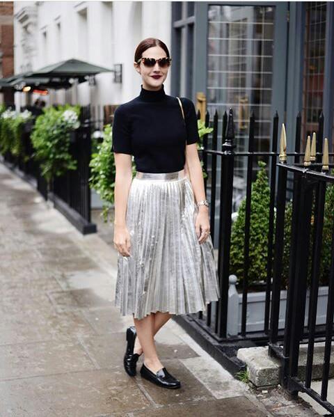 Серебристая юбка-миди с черным гольфом и черными лоферами