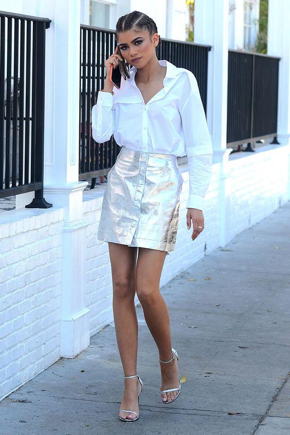 Блестящая короткая юбка с белой рубашкой