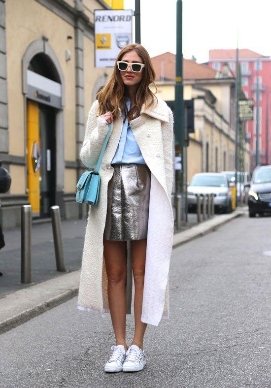 Юбка-мини серебристого цвета с голубой блузкой белыми кедами и пальто