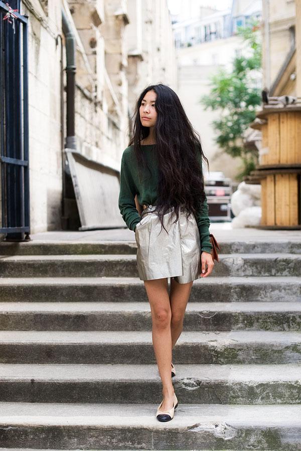 Короткая серебристая юбка с тонким зеленым свитером