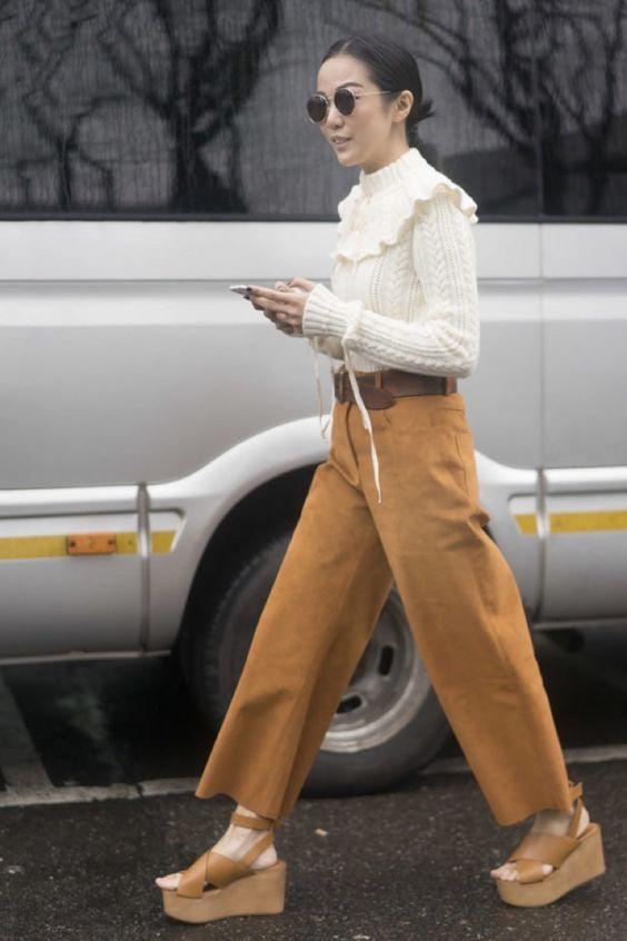 Бежевые босоножки на танкетке и короткие бежевые штаны