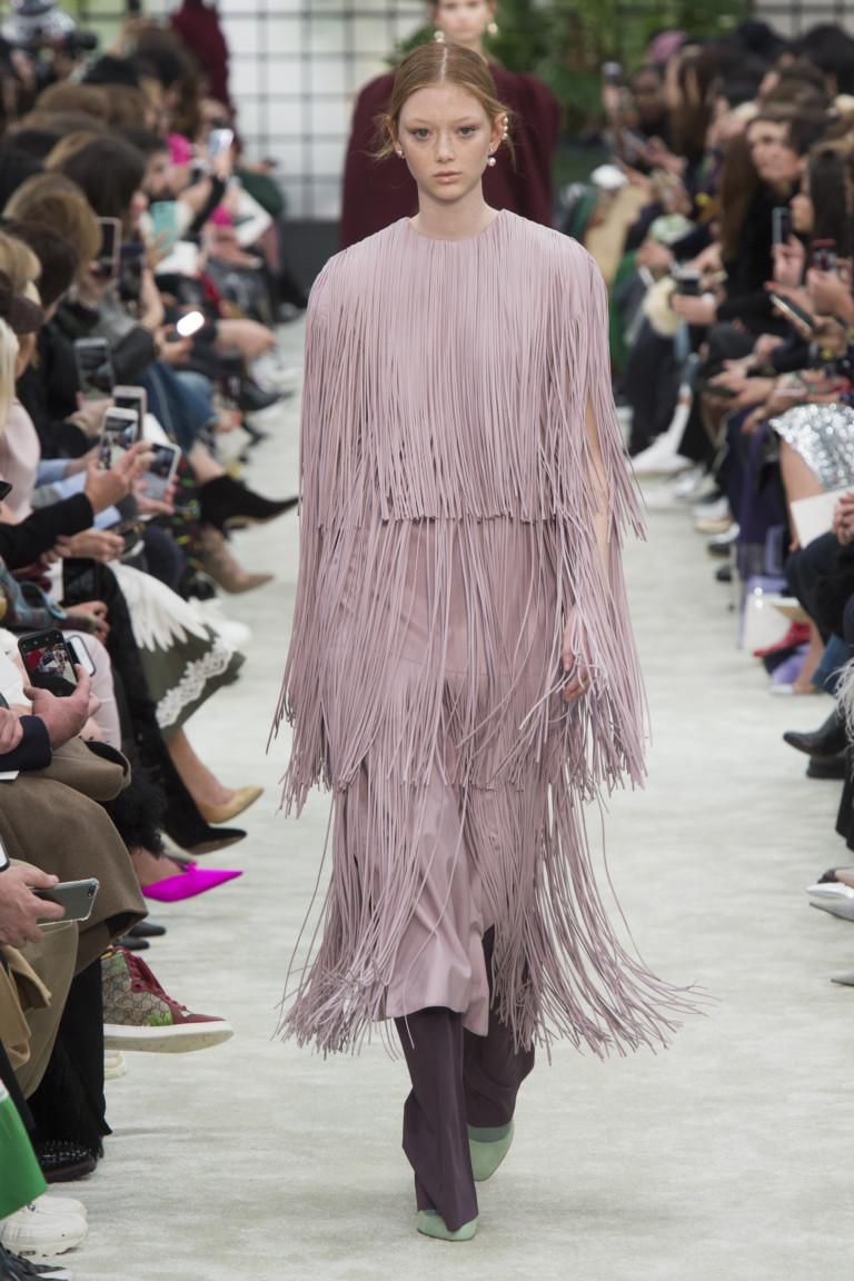 Пудрово-розовое платье с бахромой Valentino