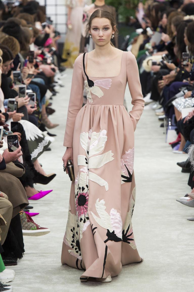 Платье в пол с крупными цветами Valentino. Коллекция осень-зима 2018-2019
