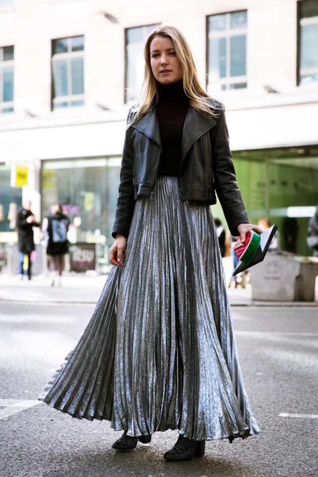 Длинная плиссированная юбка с короткой черной курткой и водолазкой