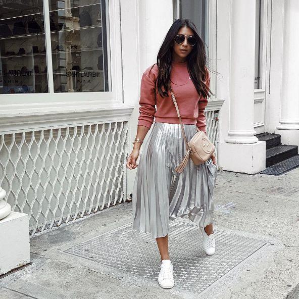 С чем носить юбку цвета металлик весной - со свитером и белыми кедами