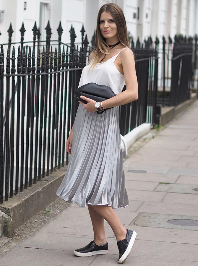 Плиссированная юбка цвета металлик с белой майкой
