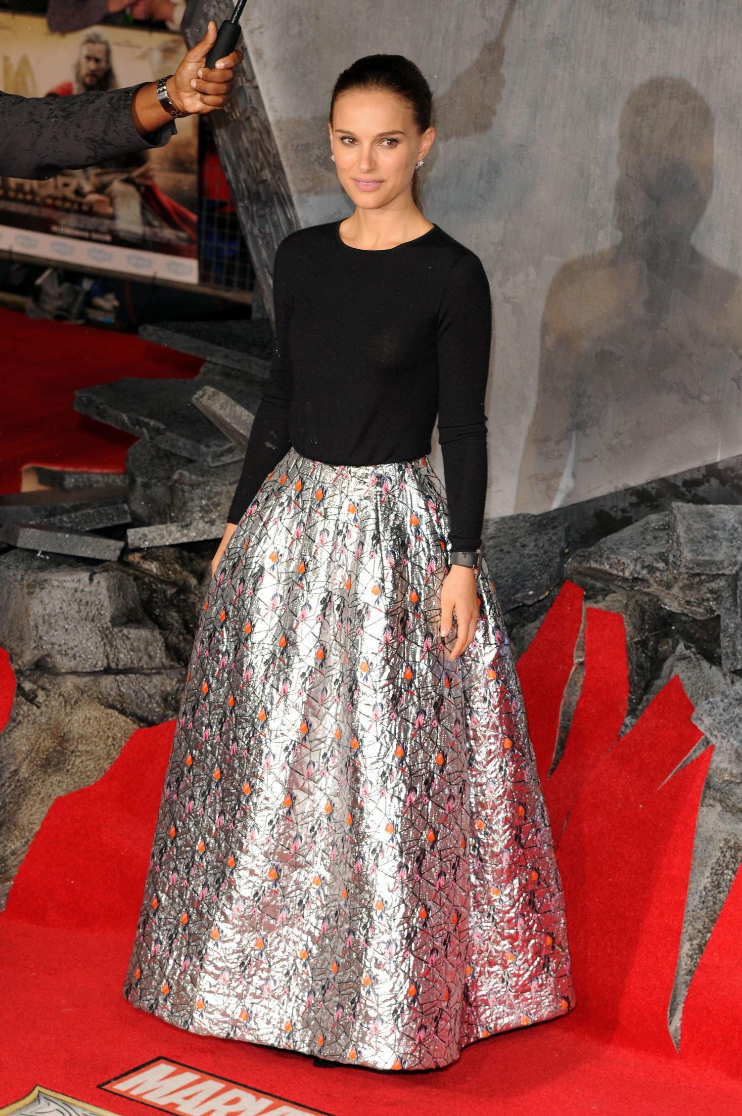 Натали Портман в длинной серебристой юбке и черном топе