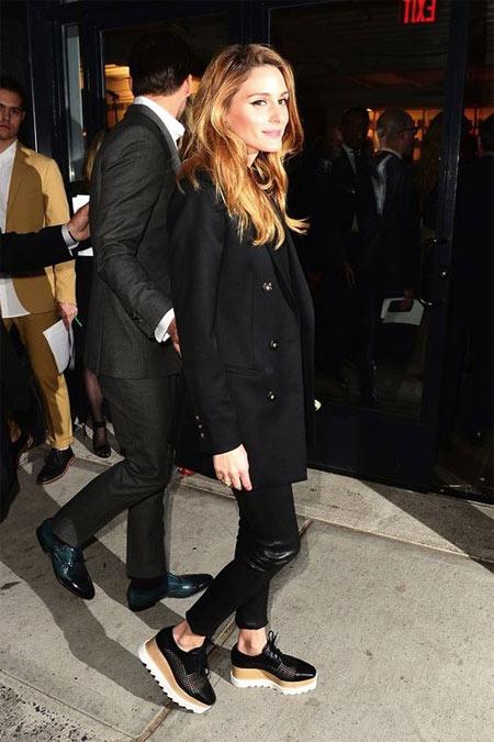 Оливия Палермо в черных туфлиях на платформе и повседневном костюме