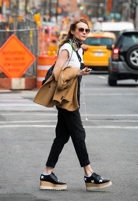 Черные туфли на платформе на городской моднице