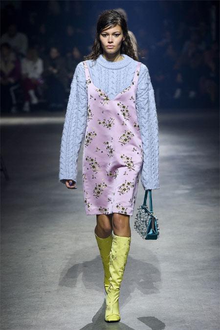 Сарафан в бельевом стиле в сочетании со свитером для осенне-зимнего модного сезона 2018-2019