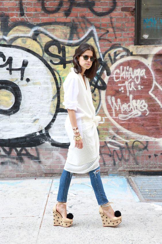 Бежевые босоножки на танкетке с джинсами и белым кардиганом
