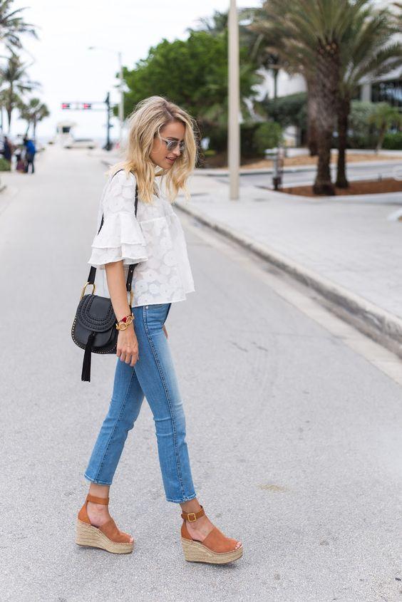 Коричневые босоножки на танкетке с джинсами