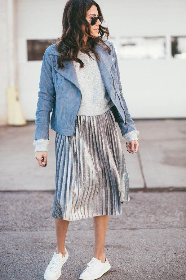 Серебристая плиссированная юбка с белыми кедами