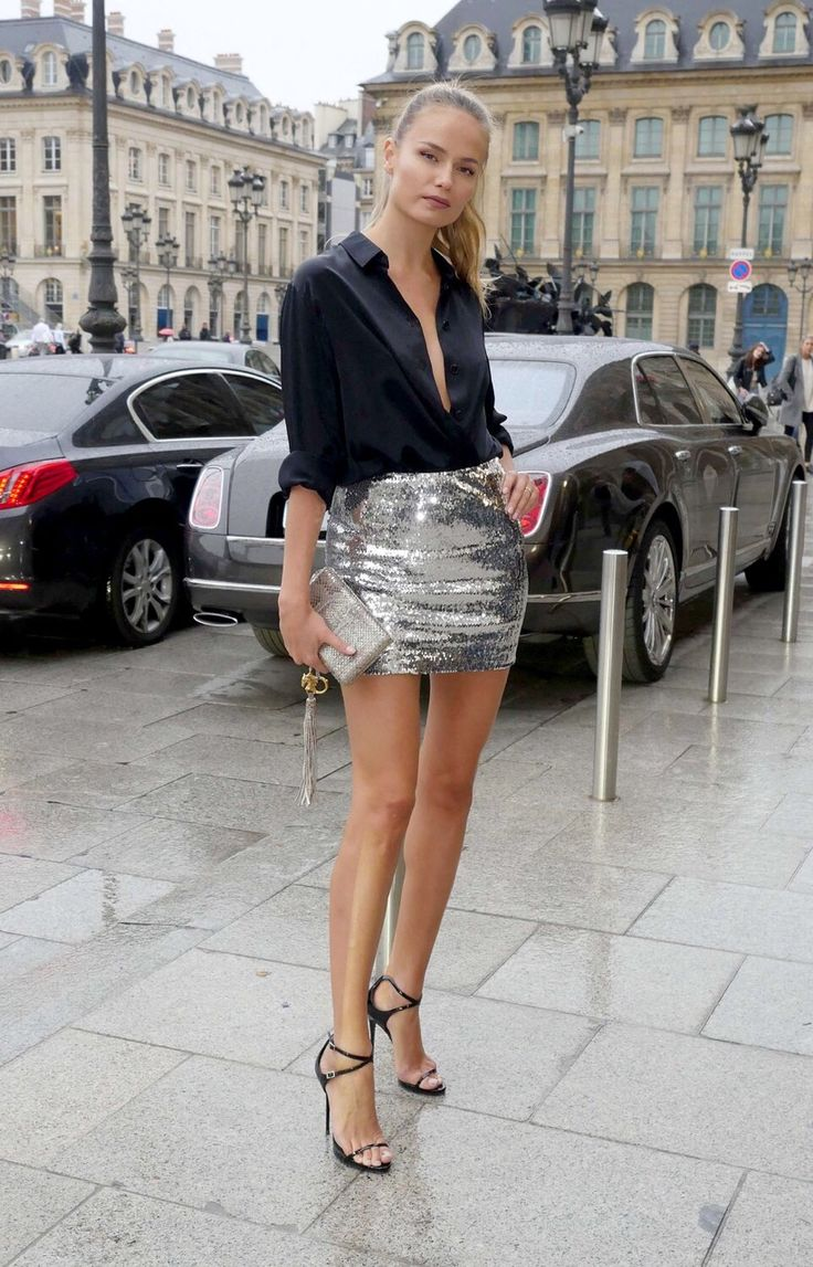Юбка-мини серебристого цвета с черной рубашкой и черными босоножками