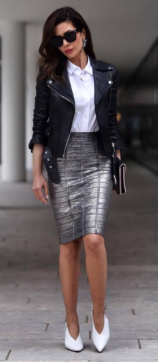 Серебристая юбка, белая рубашка и белые туфли