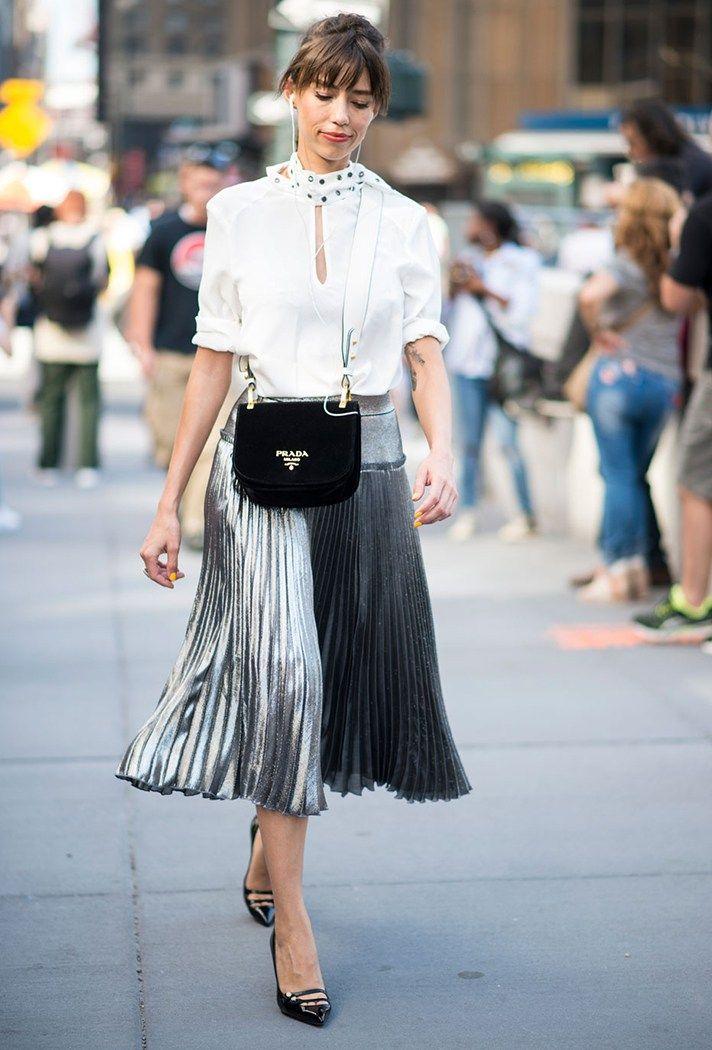 Юбка серебристого цвета с белой рубашкой и черными туфлями