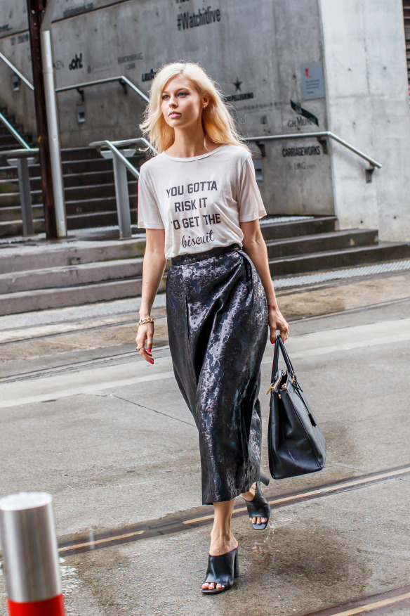 Юбка цвета металлик с футболкой и черными мюли