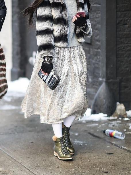 С чем носить юбку цвета металлик зимой - с короткой курткой