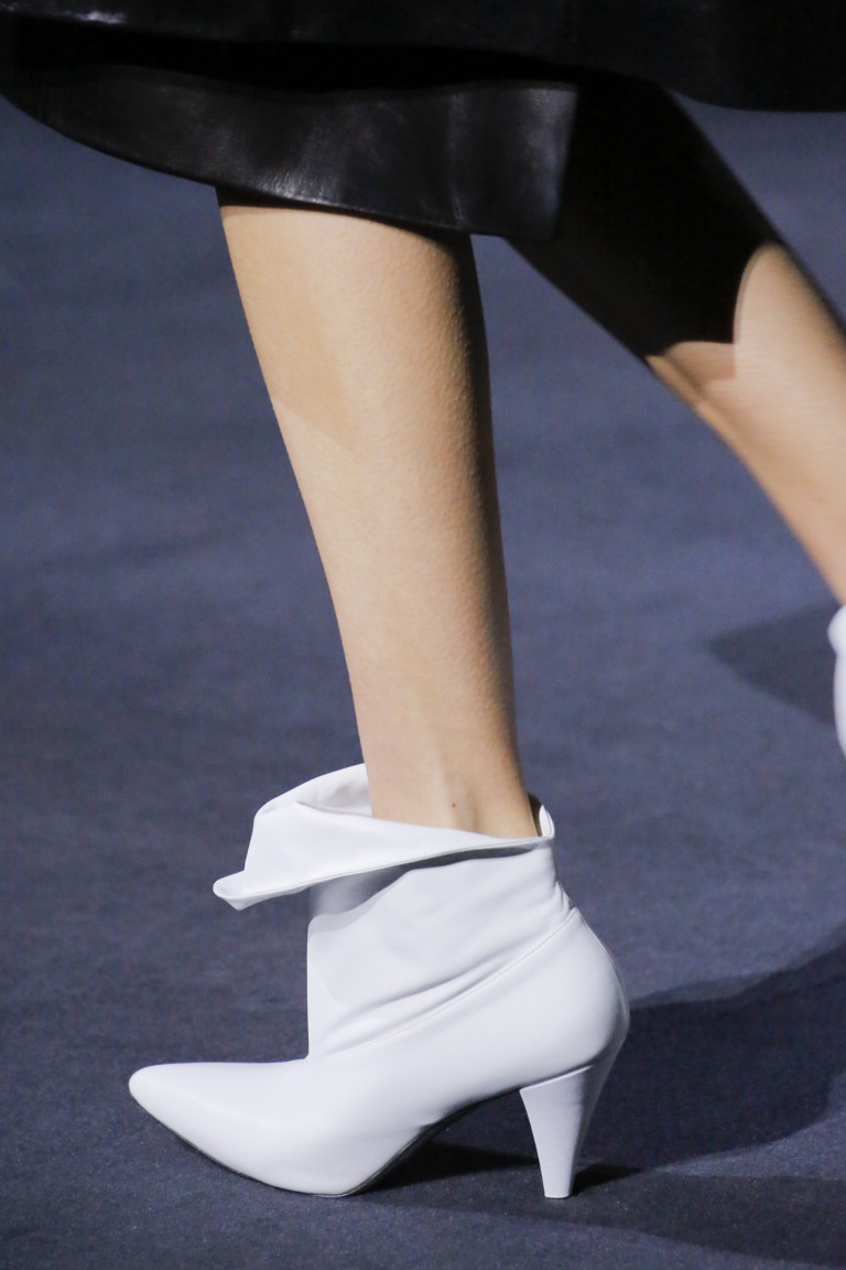 Белые ботильоны с острым носком. Коллекция Givenchy