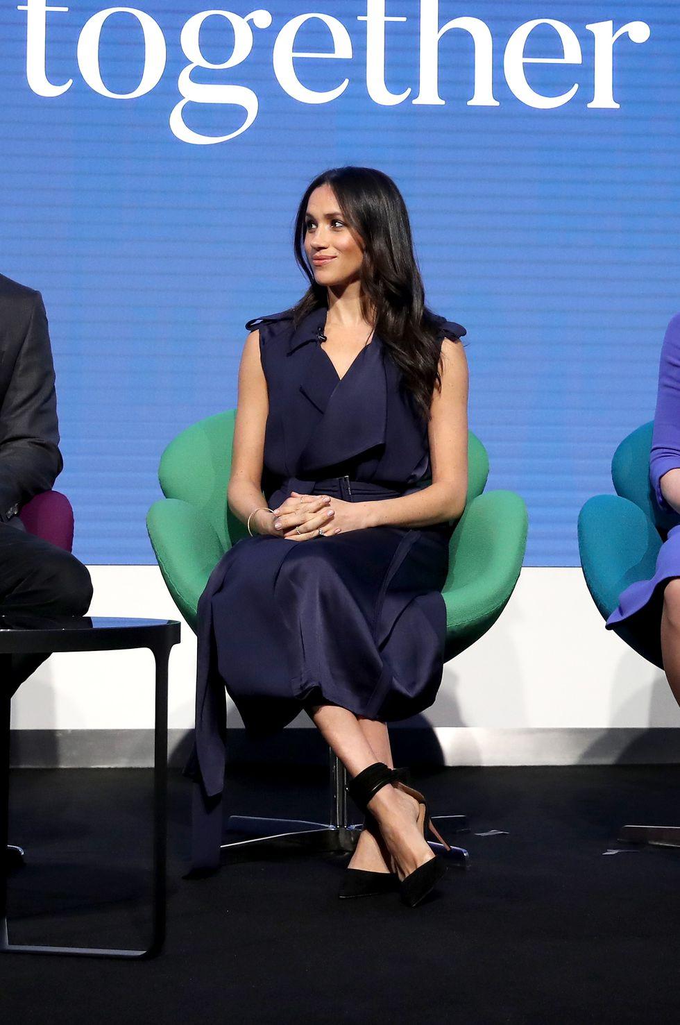Невеста принца Гарри в темно-синем платье