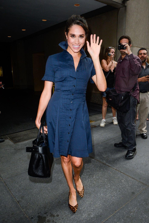 Фотомодель Меган Маркл в платье темно-синего цвета