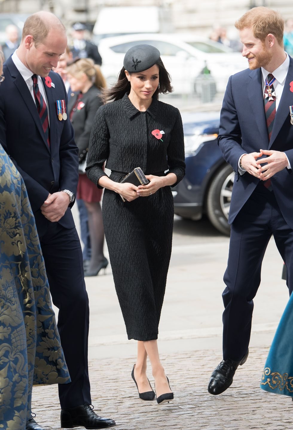 Меган Маркл в черном костюме и шляпке