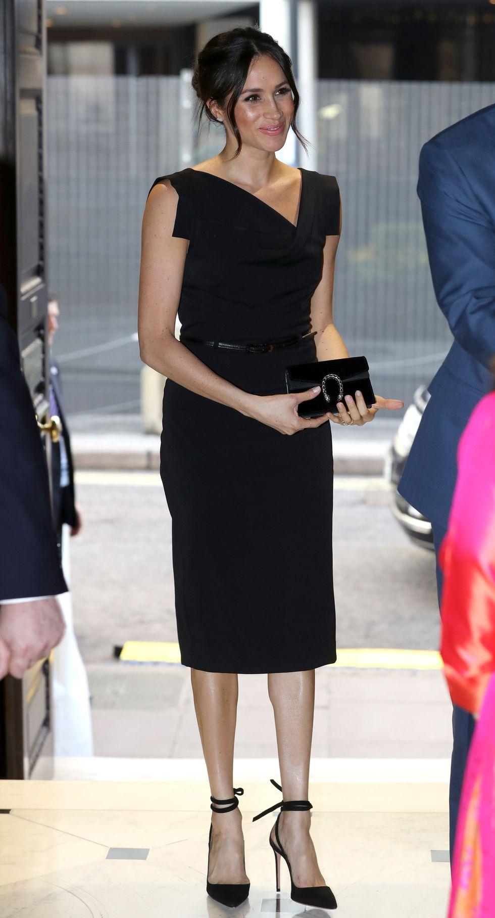 Невеста принца Гарри в черном платье и туфлях на каблуке