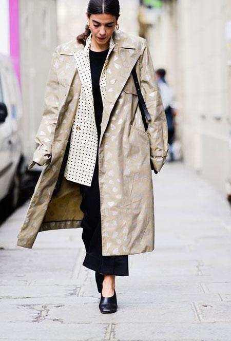 Бежевый тренч на уличной моднице