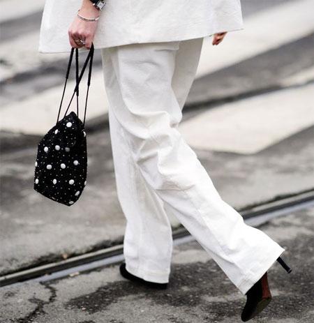 Белый костюм - черные аксессуары