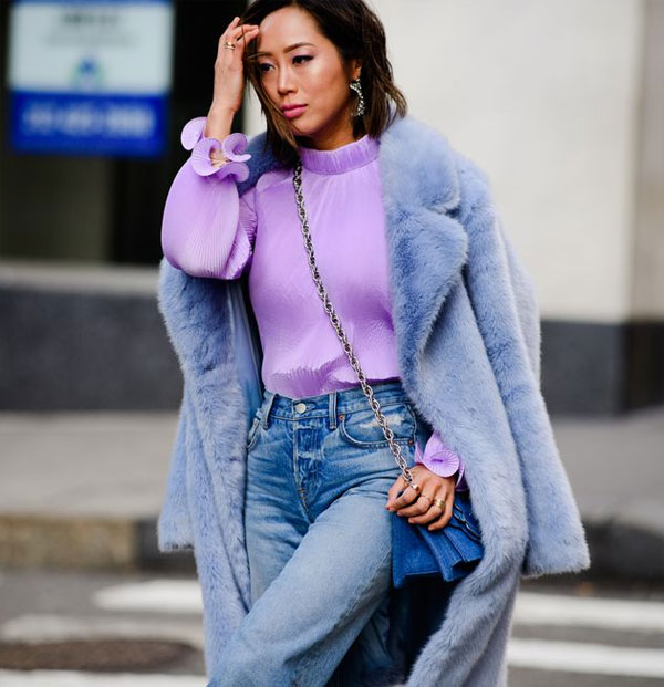 Джинсы, свитер лавандового цвета и полушубок из искусственного цвета