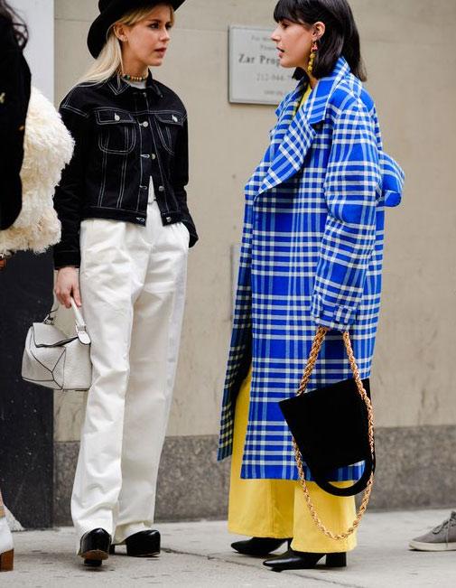 Синее клетчатое пальто и широкие брюки на моднице