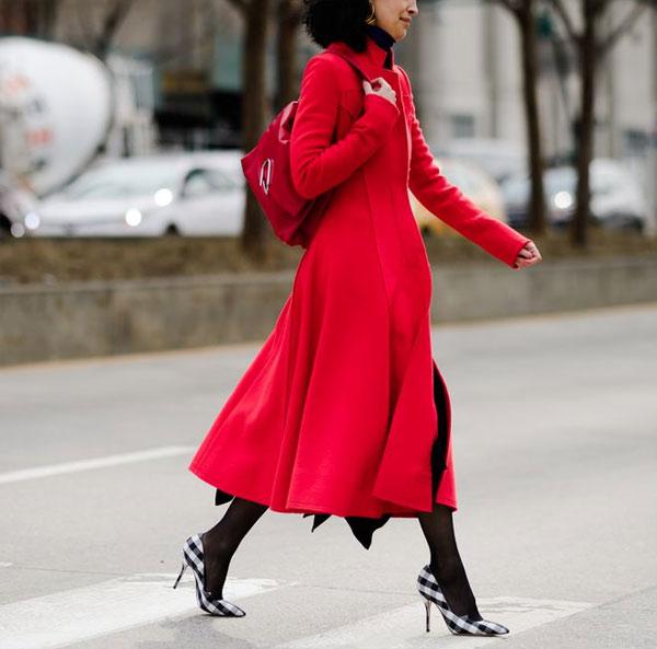 Пальто модного цвета осени 2018 - красного