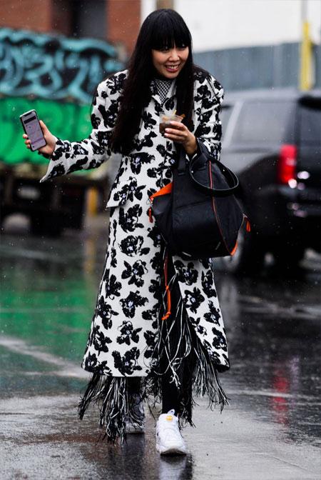 Плащ с цветочным принтом на модном блогере Susie Lau