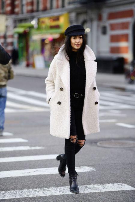 Белая шуба из искусственного меха и черный outfit для осени и зимы 2018-2019