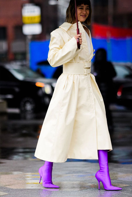 Бежевый тренч и сапоги-чулки цвета ультрафиолет