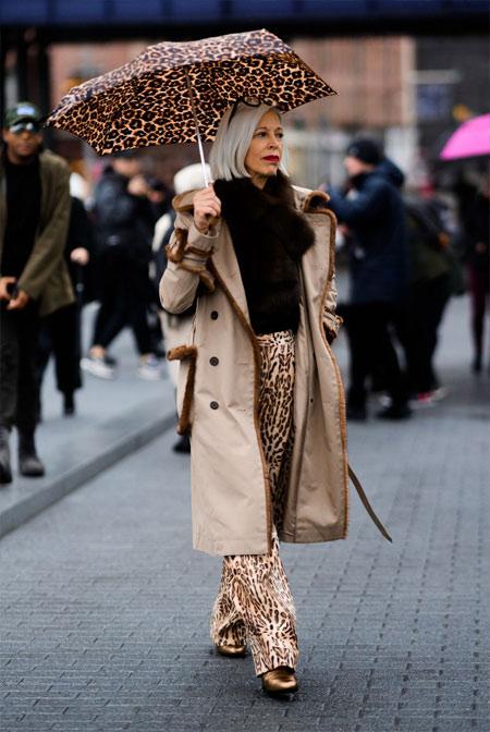 Бежевый тренч и брюки с леопардовым принтом на моднице элегантного возраста