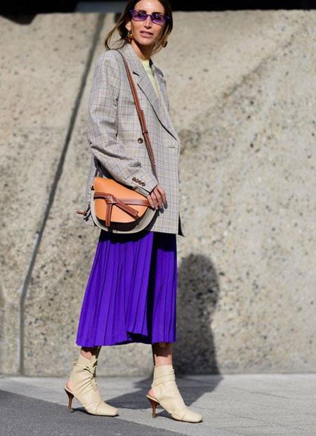 Юбка цвета ультрафиолета на уличной моднице