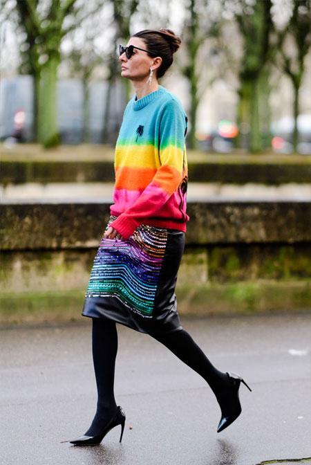 Джованна Батталья-Энгельберт в свитере всех цветов радуги