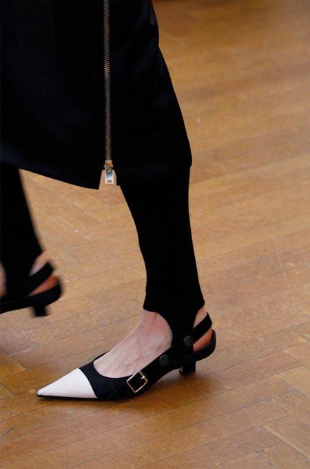 Босоножки с каблуком-рюмочкой из осенне-зимней коллекции Victoria Beckham 2018-2019