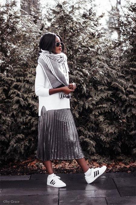 Серебристая юбка в сочетании с белым свитшотом