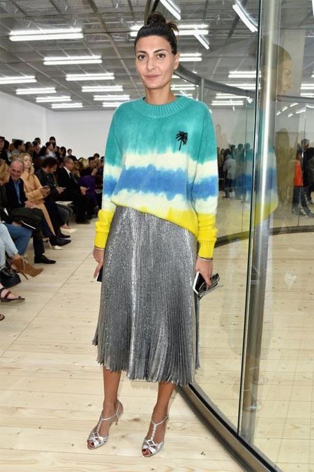 Юбка цвета металлик в сочетании со свитером на Джованне Батталье-Энгельберт