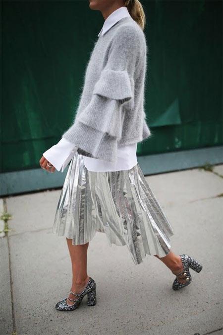 Серебристая юбка в сочетании с серым свитером