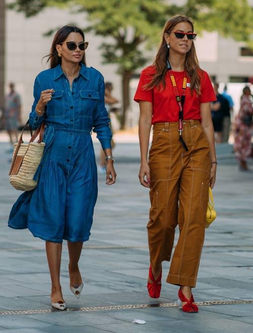 Модницы одеты в стиле 90-х