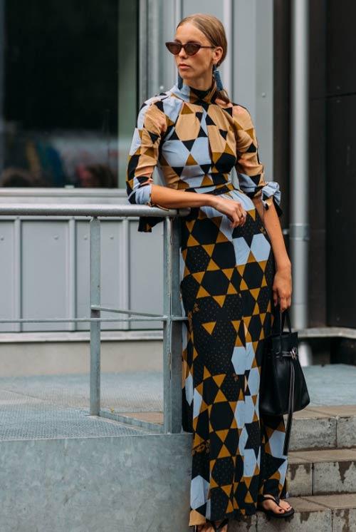 Стритстайл осени 2018: Хильда Сандстром в платье с геометрическим принтом