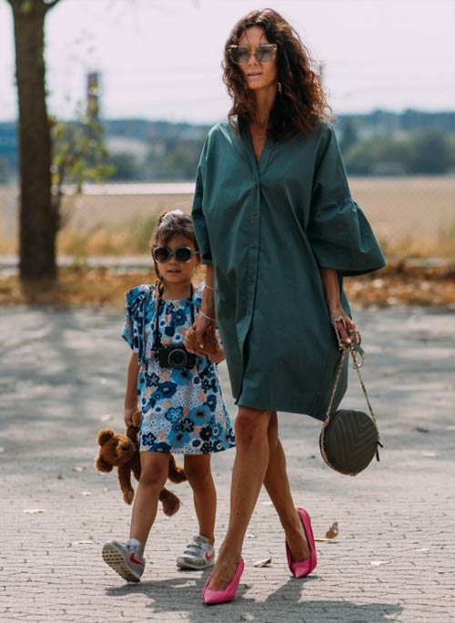 Hedvig Sagfjord Opshaug с дочкой в платье-рубашке