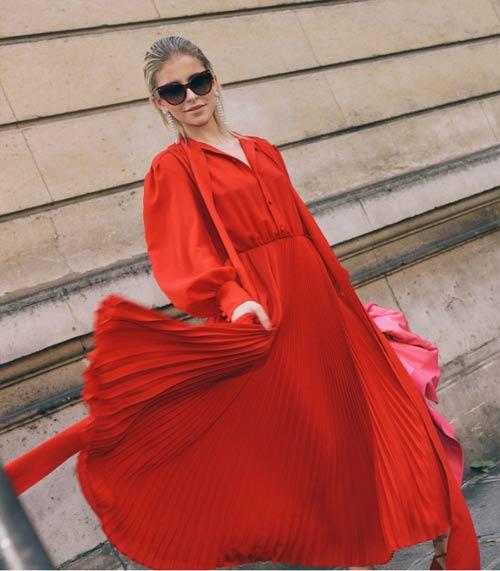 Каролина Даур в красном платье оверсайз