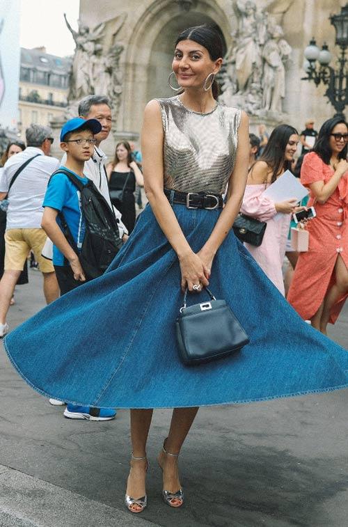 Уличный стиль Парижа 2018: Джованна Батталья-Энгельберт в юбке из денима